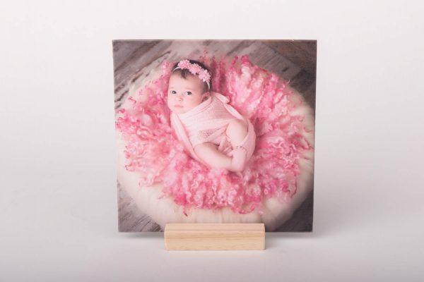 Peana de madera con fotografía para uso de portafoto